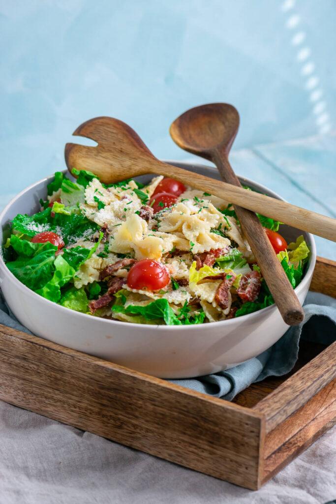 Nudelsalat mit Bacon, Parmesan und Caesardressing