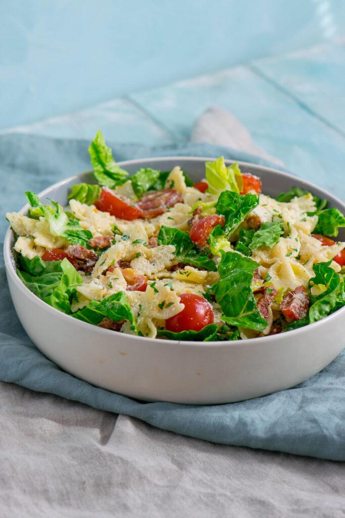 Super lecker und schnell gemacht - Nudelsalat mit Parmesan und knackigem Salat