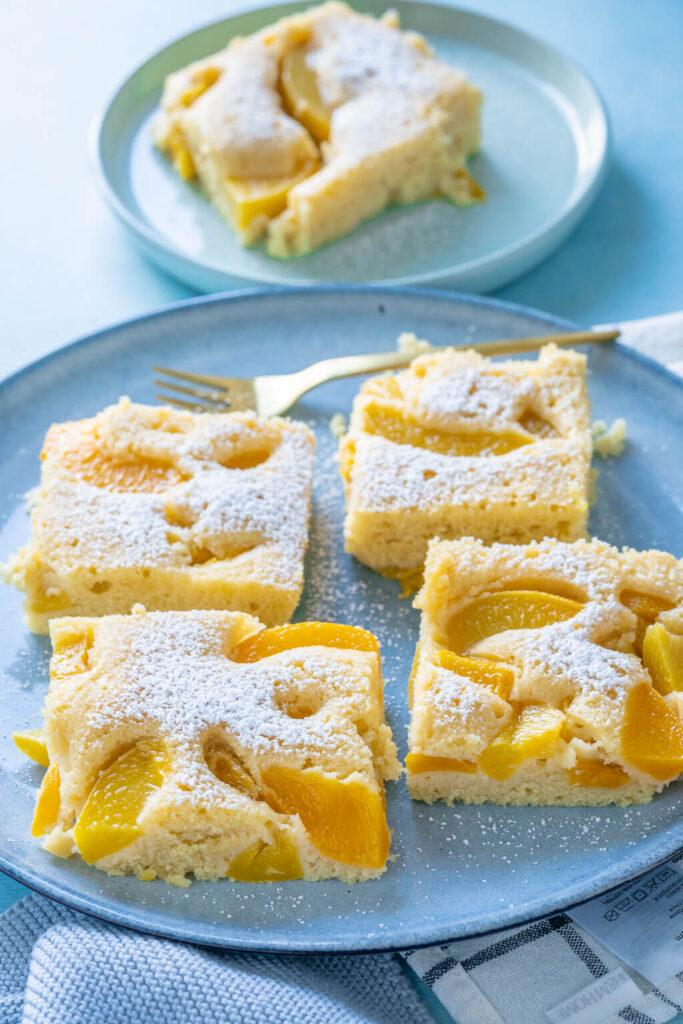 Kuchen mit Buttermilch und Pfirsichen