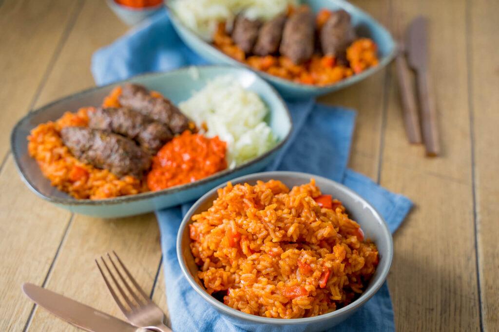 Leckerer roter Reis und Cevapcici