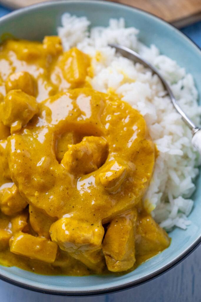 Dieses Madras Curry ist so einfach zubereitet, dass ich es eigentlich kaum glauben kann. Innerhalb wenigen Minuten entsteht dieses köstliche Curry mit nur wenigen Zutaten. Die cremige Sauce mit Ananas und Geflügelfleisch passt optimal zu einer Portion Reis. Das Madras Curry mit Kokosmilch besteht aus wenigen Zutaten und bietet dir maximalen Geschmack.