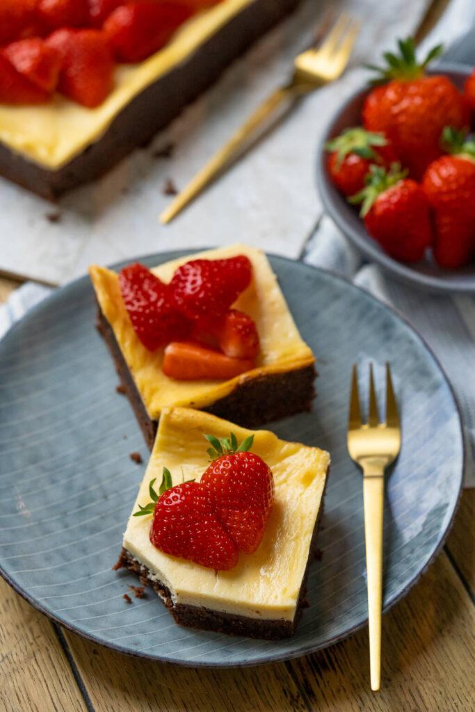 So cremige und saftige Brownies habe ich noch nie zuvor gebacken, dazu passt der New York Cheesecake einfach perfekt. Supere leckere Brownies - mit Erdbeeren, Himbeeren oder Kirschen ein super Genuss.