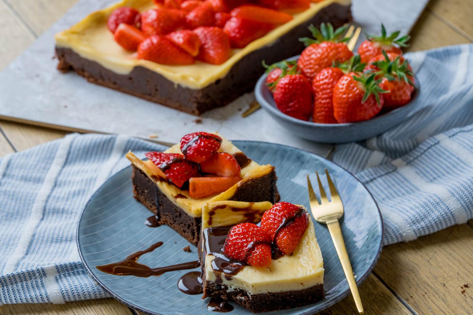 New York Cheesecake Brownies - mit frischen Erdbeeren und Schokosauce