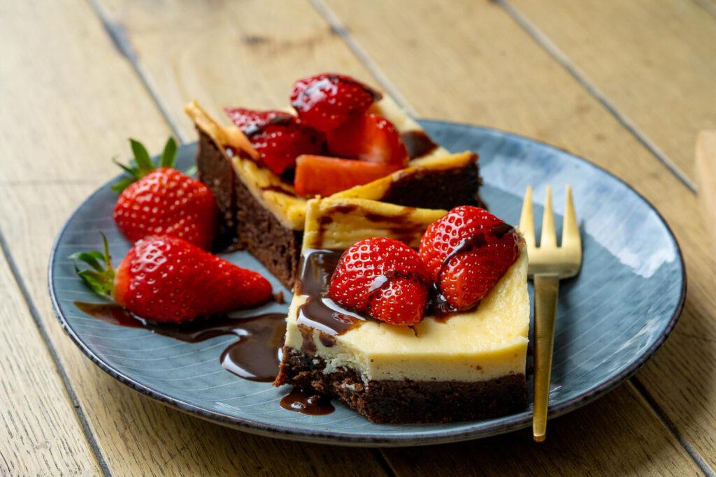 Super leckere Käsekuchen Brownies mit Erdbeeren