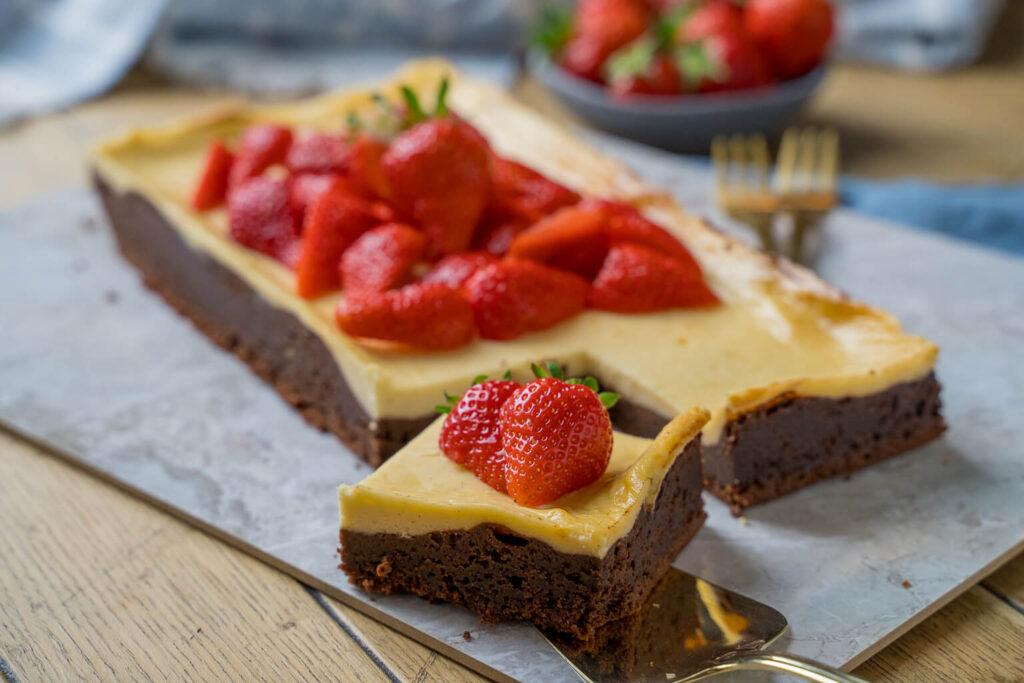 OMG so leckere Schoko Brownies mit Käsekuchen und Erdbeeren