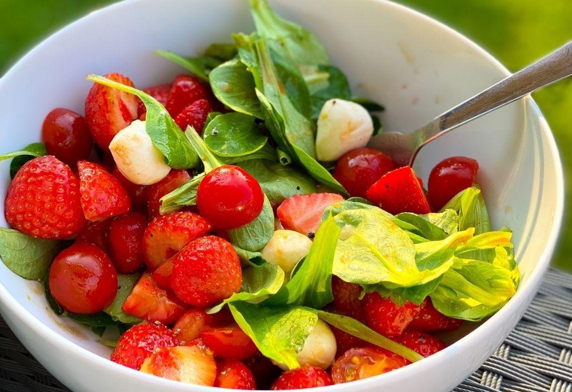 Sommerlicher Salat mit Erdbeeren und Balsamico Dressing