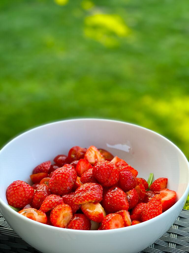 Erdbeeren im Sommersalat