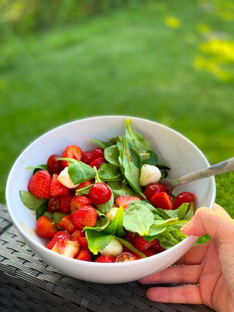 So lecker Köstlicher Erdbeer Salat mit Tomaten, Mozzarella und Feldsalat - mit leckerem Balsamico Dressing