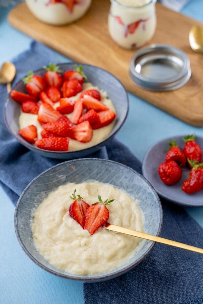 Wusstest du wie eifnach es ist Vanillepudding ohne Puddingpulver zu kochen? Es ist genauso einfach und schmeckt dabei so mega lecker! Besonders lecker schmeckt der Vanillepudding mit frischem Obst - im Sommer gibt es daher bei uns Vanillepudding mit Erdbeeren!