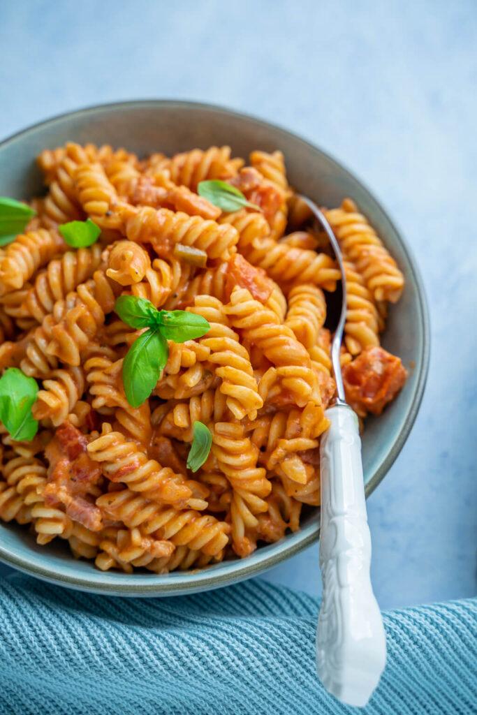 Cremige Pasta mit Tomaten, Sahne und Parmesan