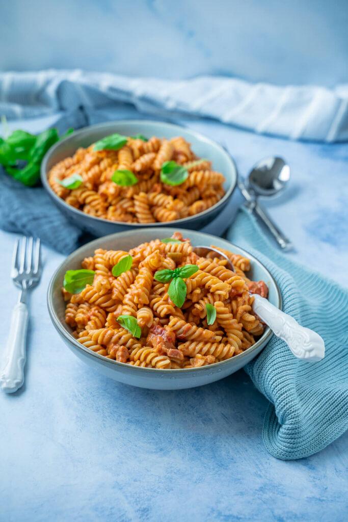Wir lieben diese schnelle und super leckere Pasta mit Tomatencremesauce