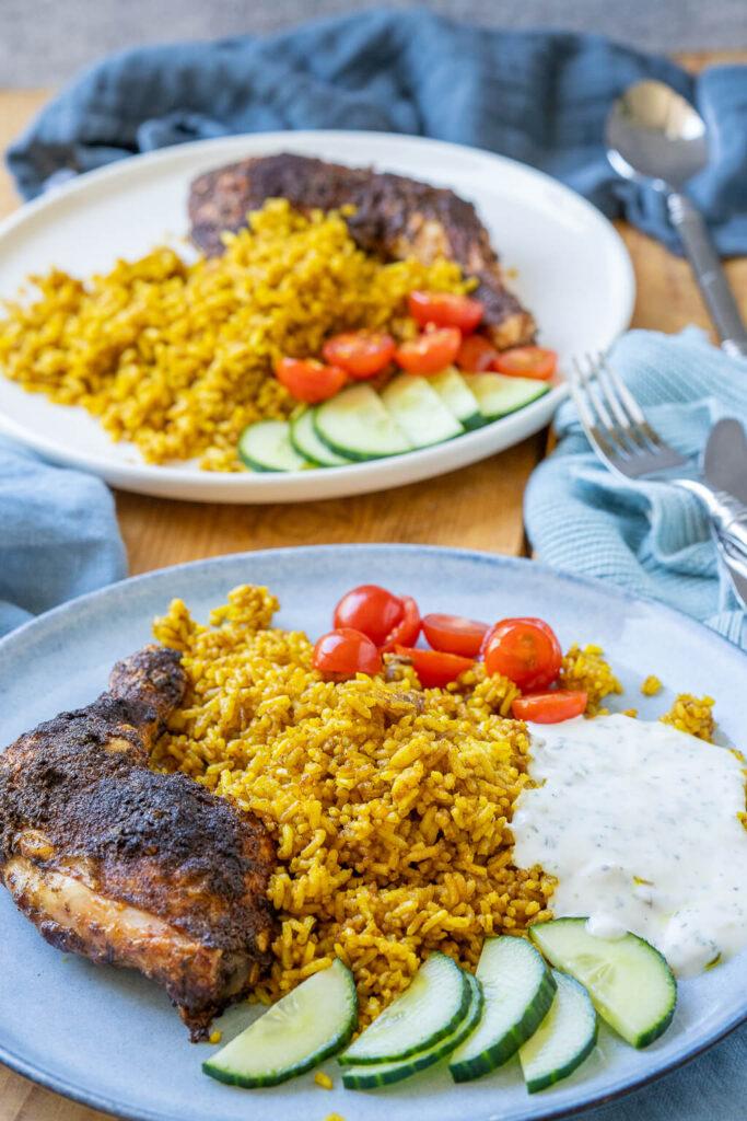 Hähnchenschenkel mit Curry-Bratreis & Joghurtsauce