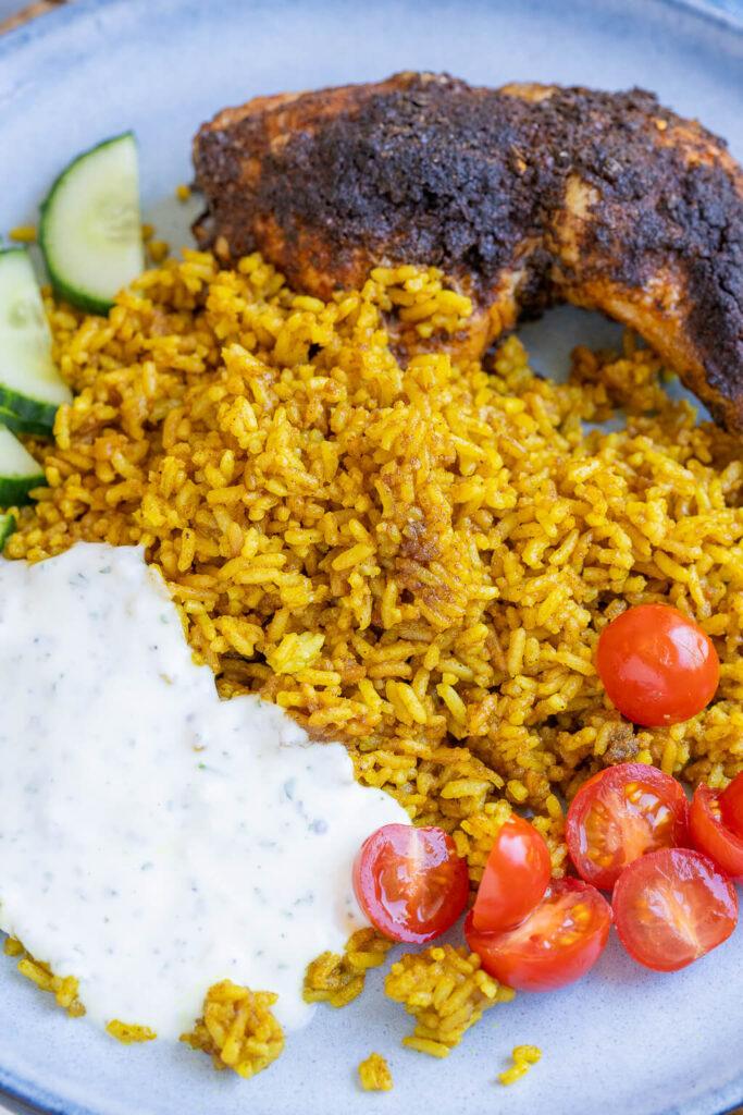 Kennst du Hähnchenschenkel mit Curry-Bratreis & Joghurtsauce - das schmeckt der ganzen Familie