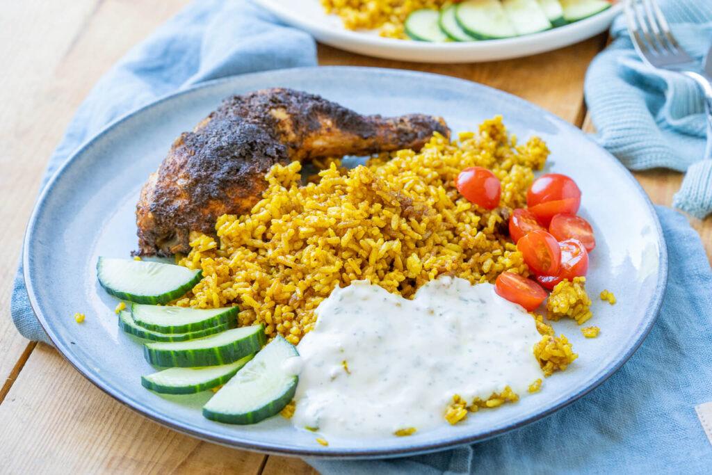 So lecker und so einfach - wir liegen das unkomplizierte Gericht - Hähnchenschenkel mit Curry-Bratreis & Joghurtsauce