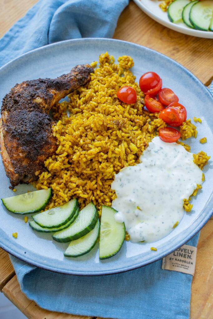 Lecker und einfach zu kochen - Hähnchenschenkel mit Curry-Bratreis & Joghurtsauce