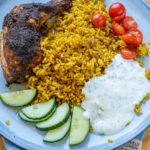 Curryreis mit Hähnchenschenkeln und Joghurtdip