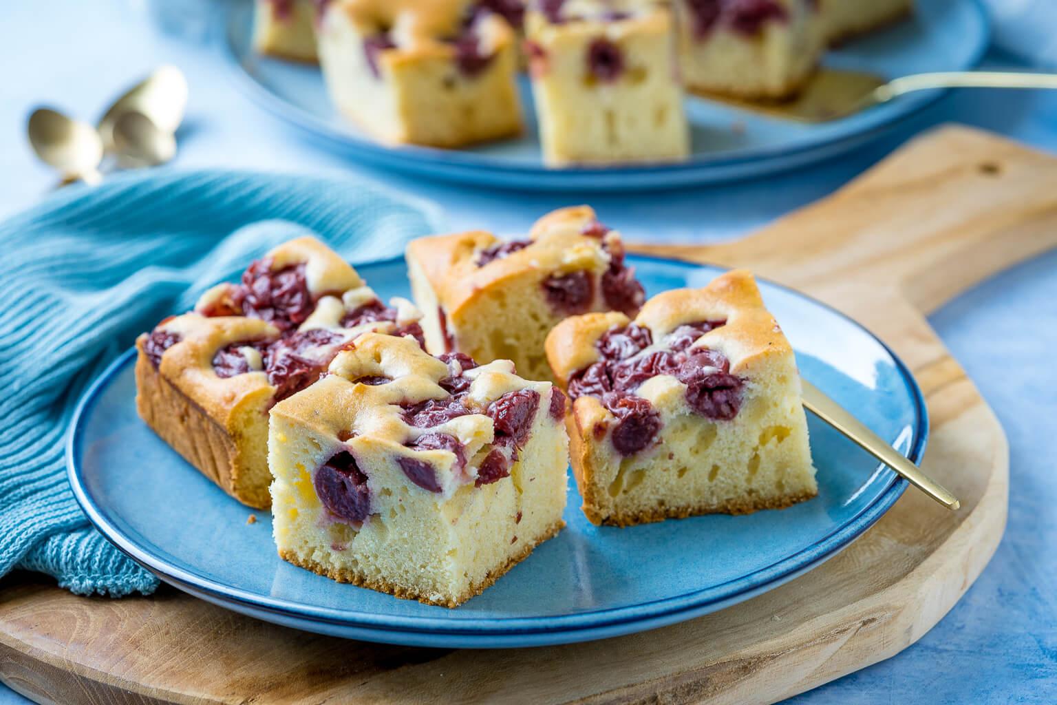 Einfacher Rührkuchen vom Blech - sommerlich lecker mit Kirschen
