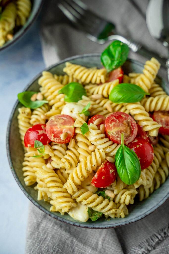 Mega lecker - 4 Zutaten Pesto-Nudelsalat - so einfach