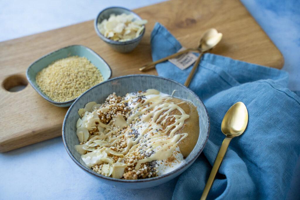 Probiere das einfache Rezepte für Hirse Porridge mit Apfel und Zimt